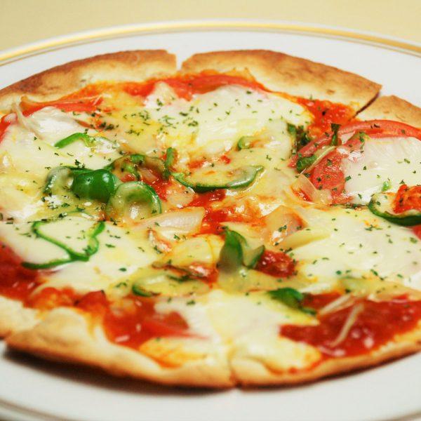 モッツァレラチーズとトマトのピッツァ